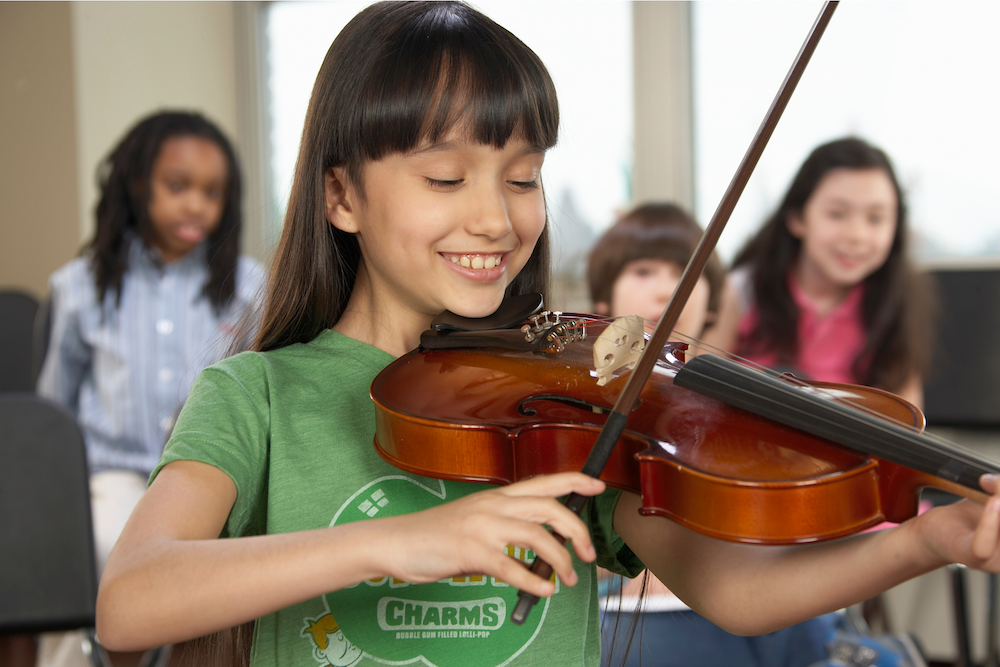 girl playing violin in violin class